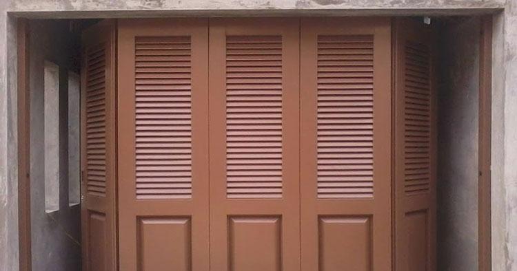 pintu garasi kayu